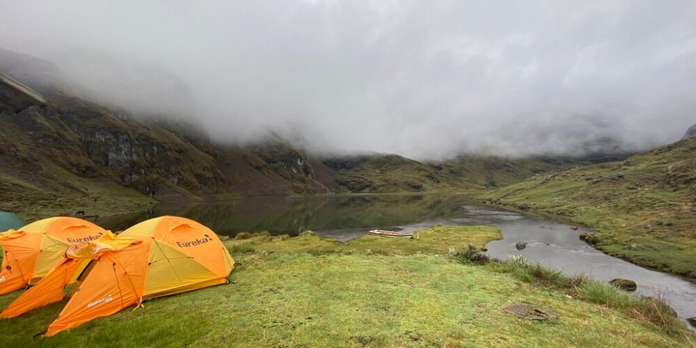 Camps by the lake on the lares trek 4 days